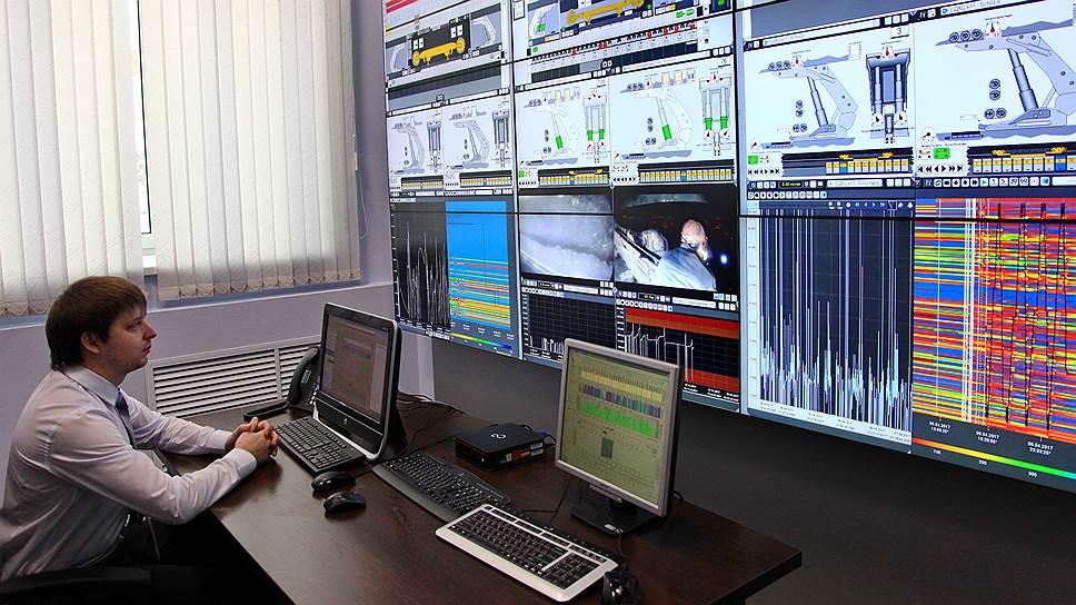 У диспетчера на мониторах отображается вся информация о работе шахт в реальном времени