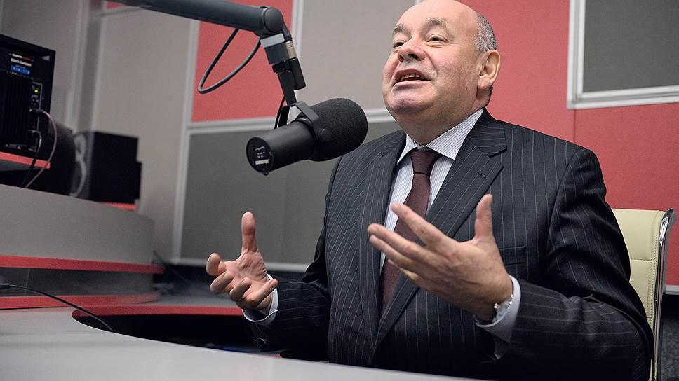 У микрофона Швыдкой чувствует себя особенно свободно, все-таки за бывшим министром опыт журналиста, телеведущего и немножко актера