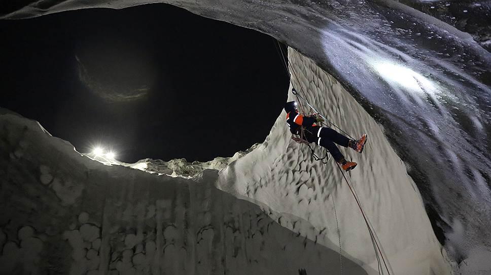 Российские ученые впервые спускаются на дно воронки, обнаруженной на Ямале