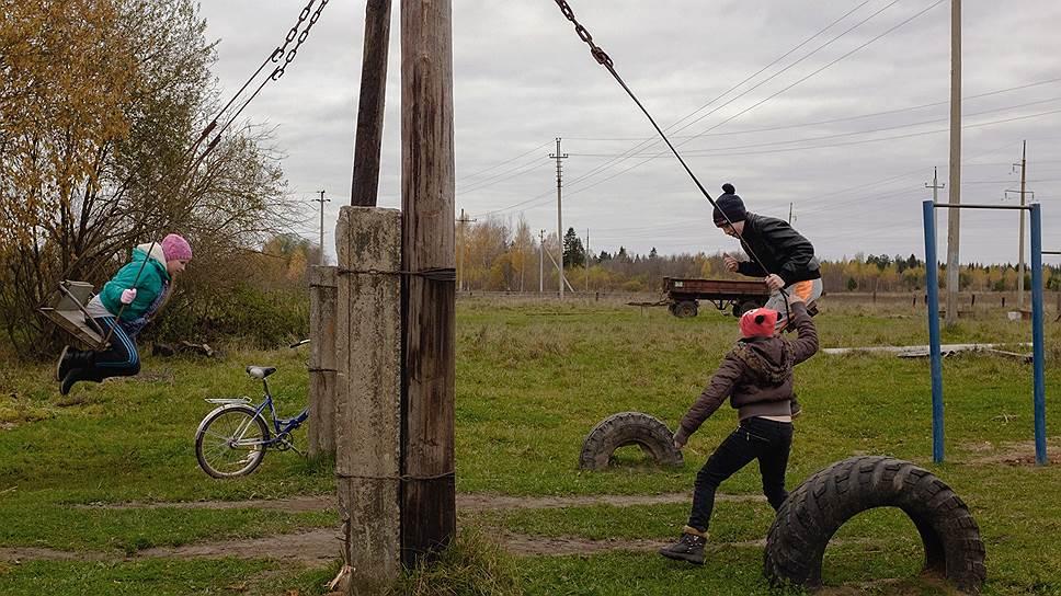 Дети играют в деревне Толмачи. Это центр Тверской Карелии