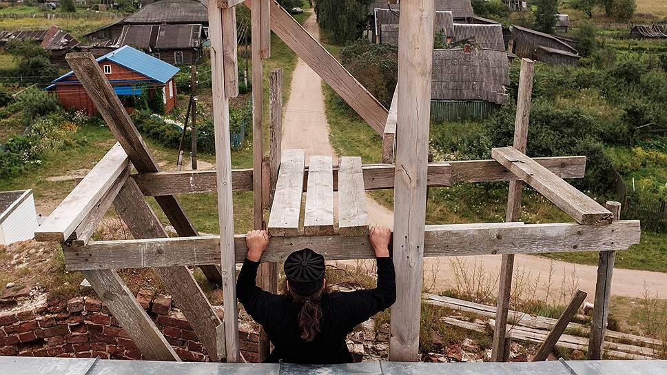 Дмитрий Лихачев, настоятель храма в селе Козлово. Он приехал сюда из Москвы 15 лет назад. Сейчас занимается восстановлением храма, организовал карельский фестиваль культур и ремесел Oma Randa