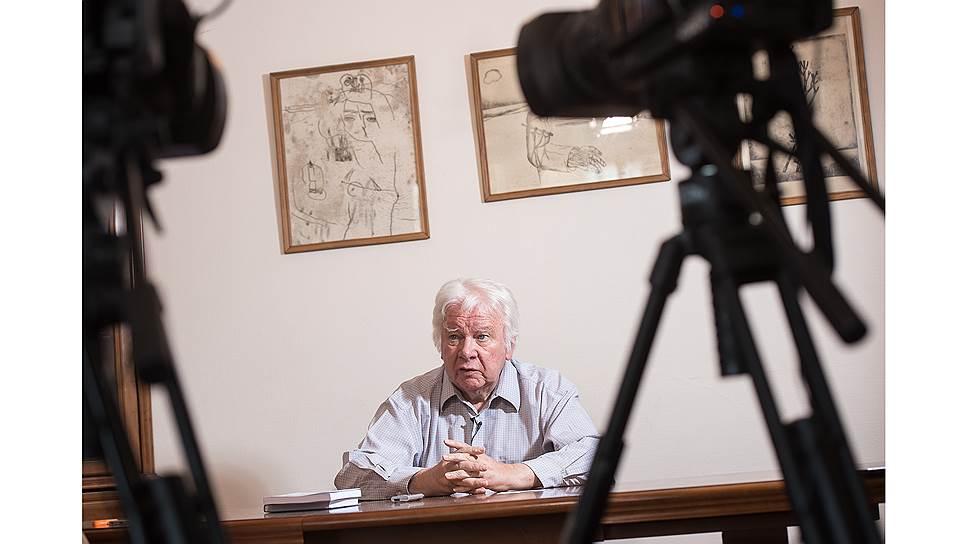 С 2005 года академик Захаров живет на две страны