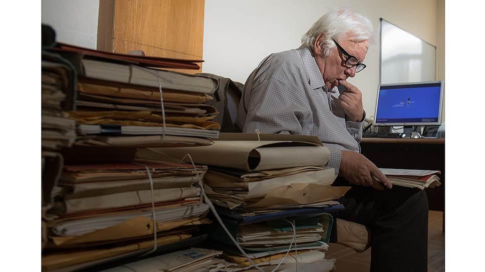 В России Владимир Евгеньевич работает завсектором математической физики в Физическом институте им. Лебедева в Москве