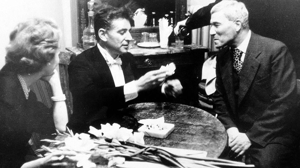 Никто не мог предположить, что встреча Бернстайнов с Борисом Пастернаком (справа) приведет к серьезному идеологическому конфликту