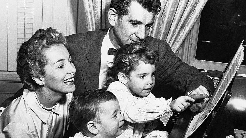 Леонард Бернстайн с сыновьями Джейми и Александром и женой Фелицией. 1950-е годы