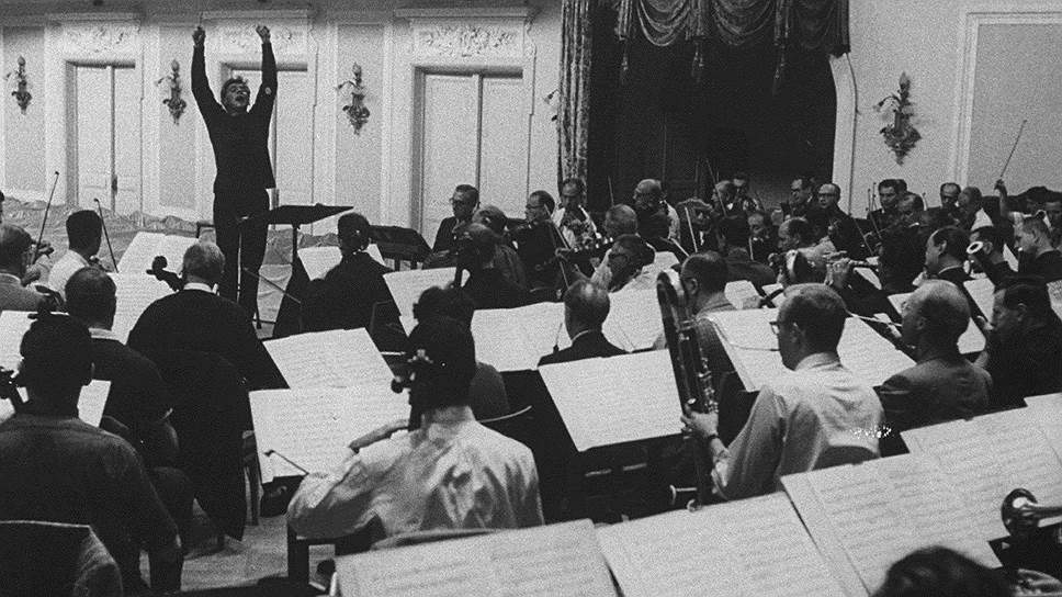 Дирижер Леонард Бернстайн во время репетиции в Московской консерватории