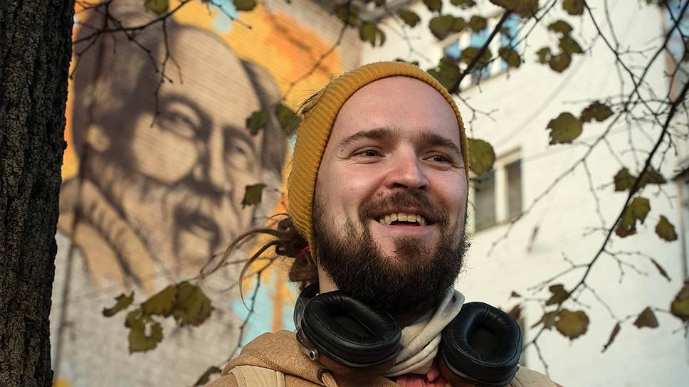 Граффитист Виктор Лебедев, бескорыстно рисуя портрет Солженицына на торце тверской пятиэтажки, рассчитывал сделать подарок местным жителям