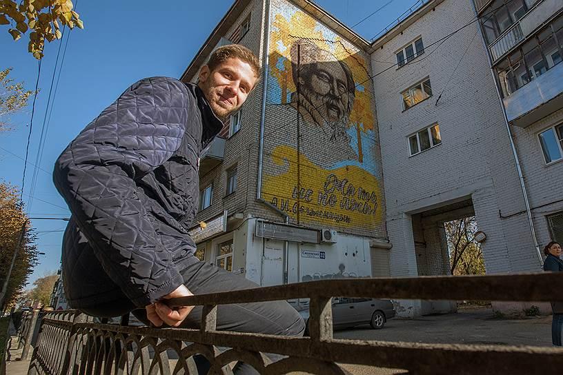 Волонтер и студент Тверского политеха Илья собирает подписи в поддержку нарисованного Солженицына