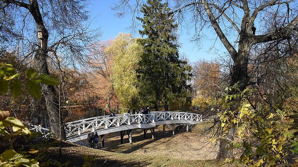 К конторе господского дома через пруд перекинут «Горбатый мостик»