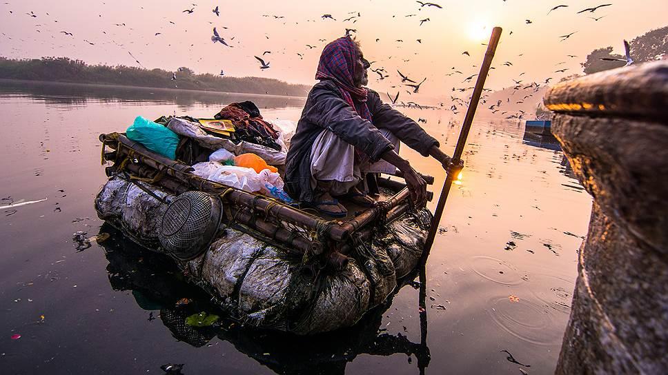 «Живущий на реке» (Ямуна-Гхат, 7утра 5ноября 2017года). Ануч Медхави (Индия)