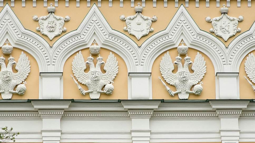 Орел с поднятыми крыльями, тремя коронами и изображением скачущего на Восток всадника на щитке достался нам со времен Алексея Михайловича. Он украшает многие ансамбли Московского Кремля