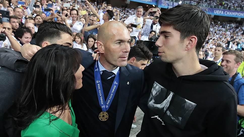 А вот тренер Зинедин Зидан покинул ФК «Реал Мадрид» по личной инициативе, сразу после третьей победы в Лиге чемпионов