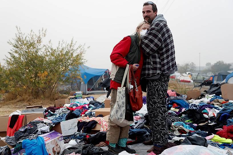 Трэвис Ли Хоган утешает свою мать. Их приютил импровизированный центр эвакуации