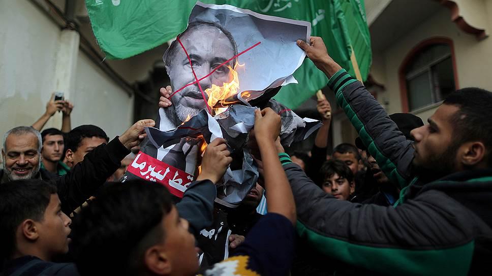 Отставку министра обороны Израиля в Газе праздновали сжиганием его портретов