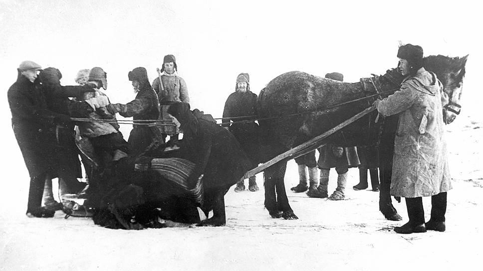 Крепкие хозяйственники, которых Столыпин пытался сделать собственниками в начале века, в 30-е годы были объявлены «кулаками» (на фото — арест кулака в Вятской губернии)