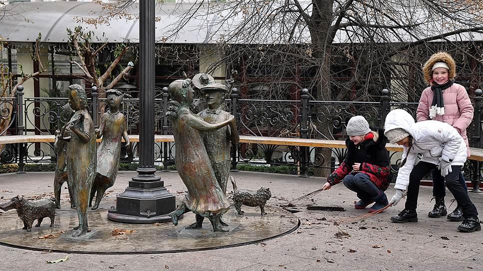 У памятника «Одесское время» в Городском саду на прошлой неделе