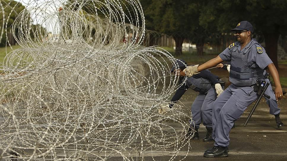 Сегодня ни одно респектабельное поселение белых в ЮАР не обходится без колючей проволоки, КПП и охраны на въезде. Хотя все эти меры предосторожности не гарантируют, что африканеры не столкнутся с убийцами и насильниками у ворот собственного дома