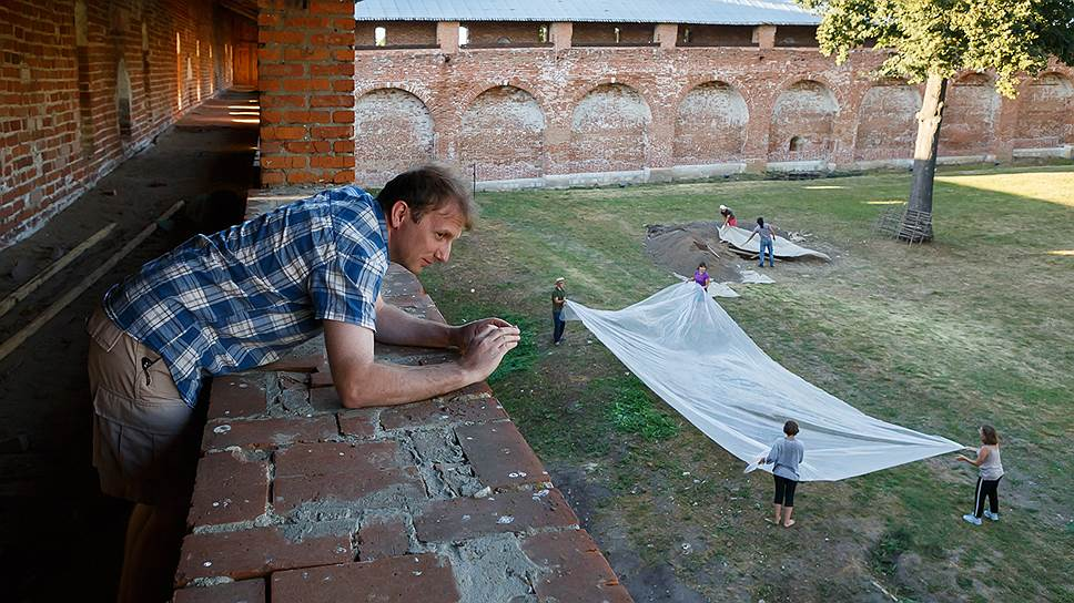 Руководитель археологической экспедиции Сергей Лев фотографирует раскопки со стен Зарайского кремля