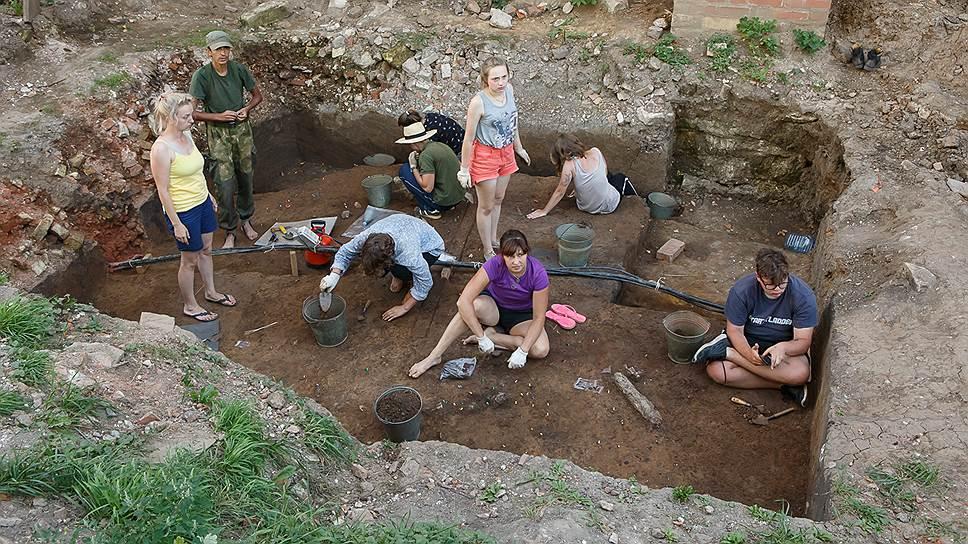В раскопках принимали участие около 20человек. Большая часть из них волонтеры