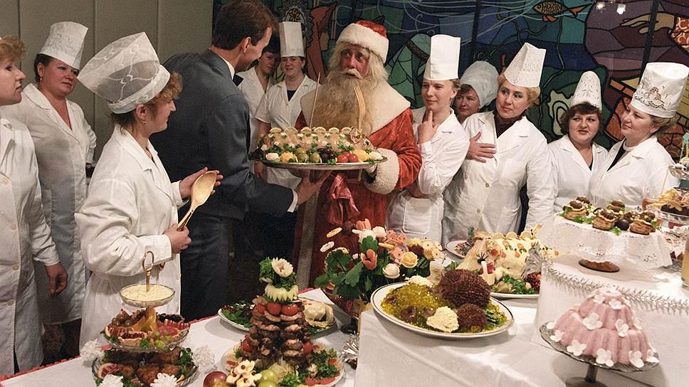 Середина 1980-х, Дед Мороз инспектирует кулинарную выставку в Новгороде. Большая часть этого советского великолепия появилась на новогодних столах только к 1970-м годам