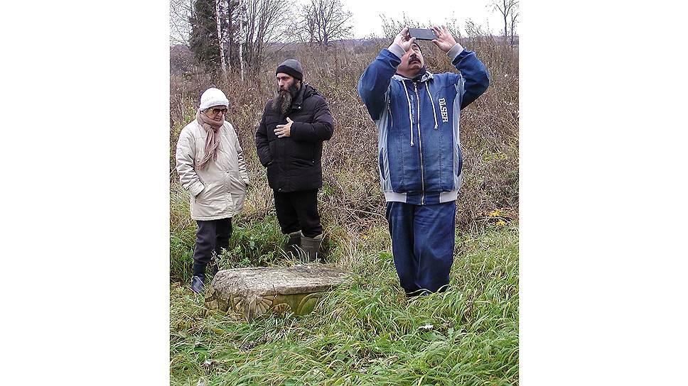 Александр (в центре) и восстанавливает храм, и показывает его туристам
