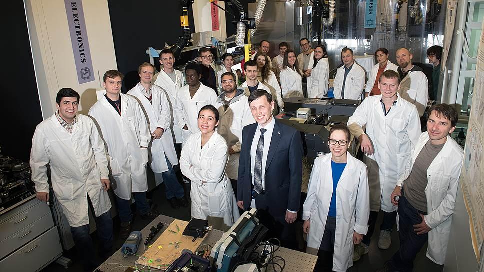 Сейчас он руководит лабораторией наноматериалов Сколтеха