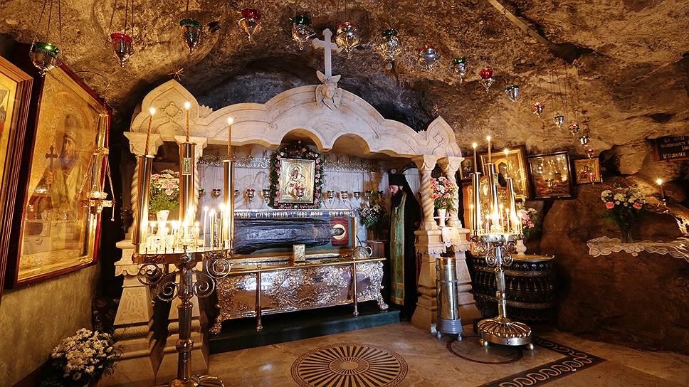 Пещерный храм, где покоятся святыни лавры — мощи преподобных Иова и Амфилохия Почаевских