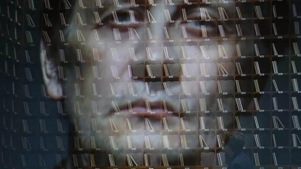 Большую часть действия главный герой отсутствует на сцене (сцена из спектакля «Аустерлиц»)
