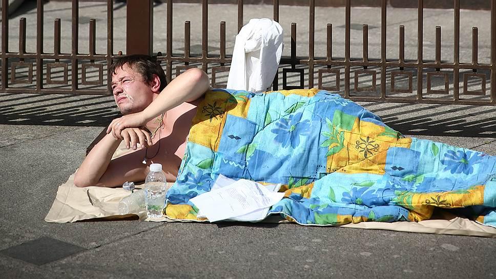 Бывший детдомовец, инвалид второй группы Александр Сидоров во время акции «Нет жилья? Нет прав»