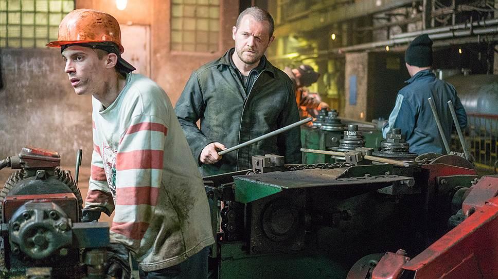 Биография главного героя (Денис Шведов, в центре) выглядит самой неправдоподобной (кадр из фильма «Завод»)