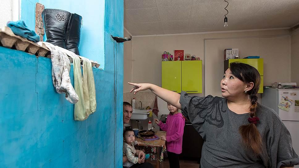 Елена Пироговская — жительница дома для сирот в поселке Сотниково. В доме очень холодно, даже если печь топить постоянно