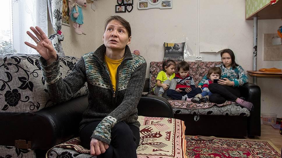 Мама троих детей Татьяна Анохина в своем доме в селе Сотниково