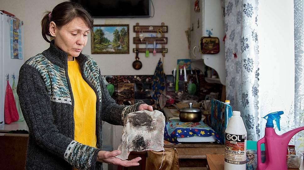 Мама троих детей Татьяна Анохина в своем доме, где пахнет плесенью, полосы грибка на стенах и потолке из-за отсутствия вентиляции и хлипкости строения