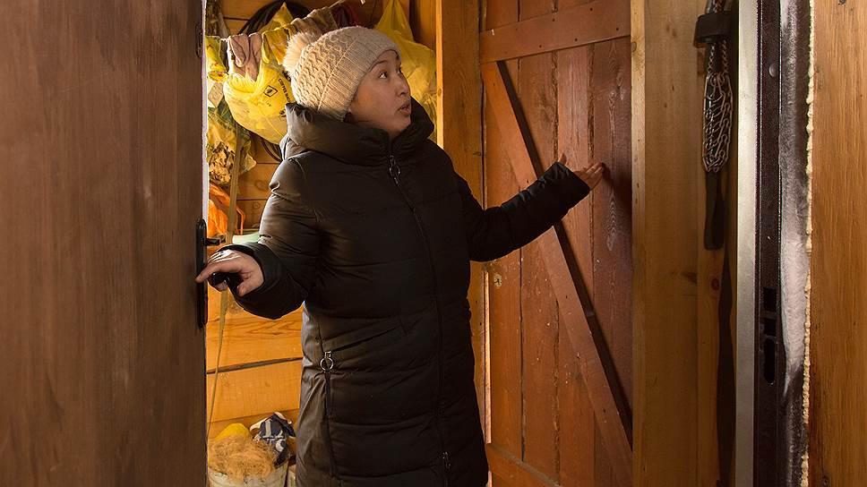 Жительница поселка Оксана Догданова постоянно ремонтирует дом и топит печь, но промерзание стен делает жилье не пригодным для нормального проживания