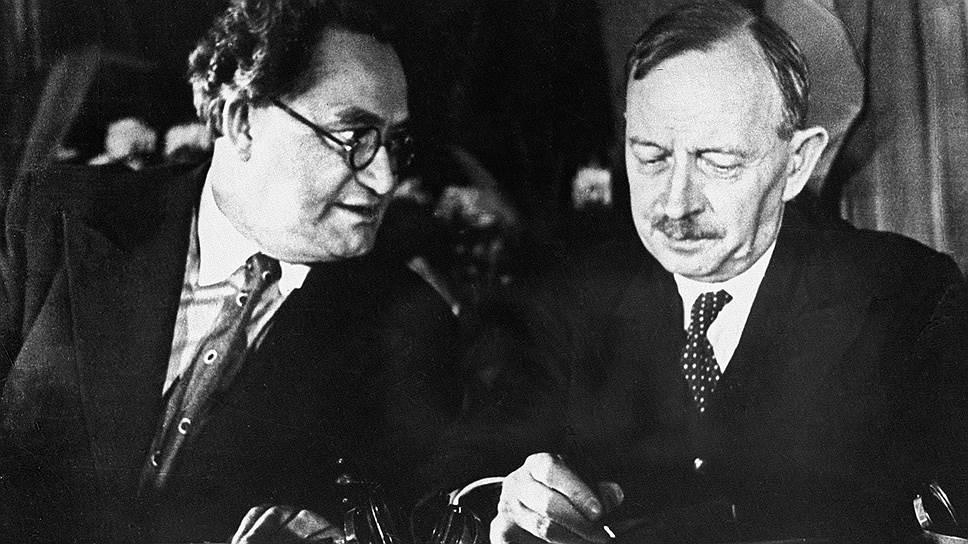 Генсек исполкома Коминтерна Георгий Димитров (слева) и секретарь исполкома Отто Куусинен на конгрессе Коммунистического интернационала молодежи (КИМ). 1935 год