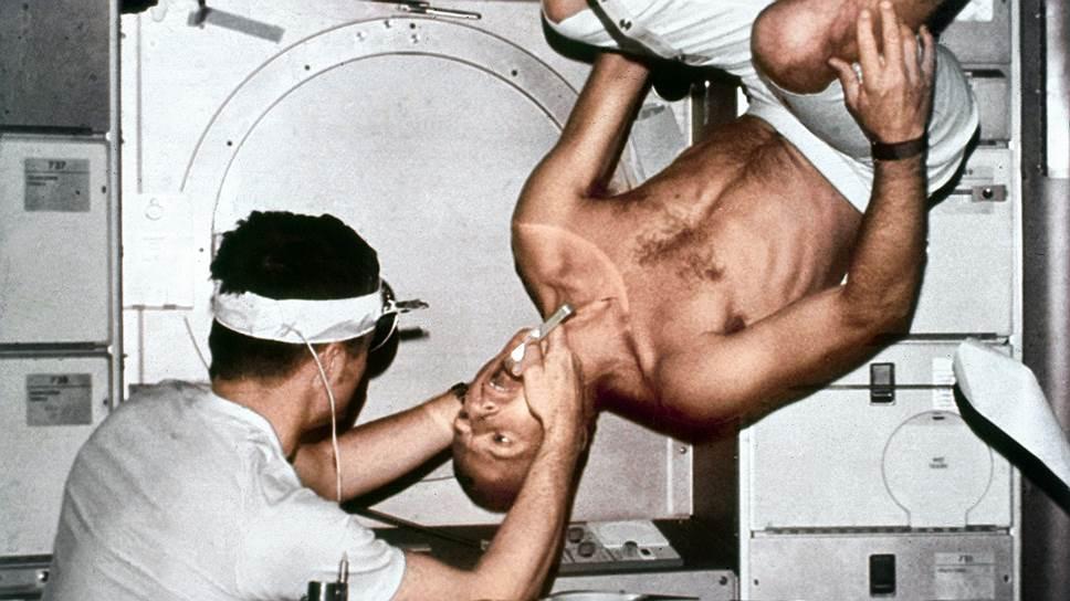 Стоматологический осмотр на американской космической станции Skyla(1973 год). Потеря кальция — лишь одна из проблем, вызываемых длительным пребыванием в невесомости