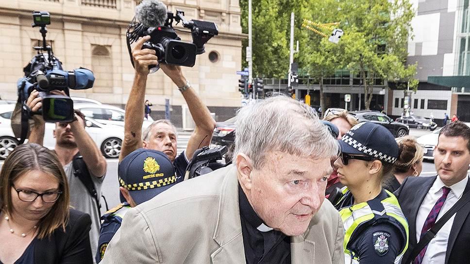 Кардинал Пелл у входа в здание суда Мельбурна, где его объявят виновным в педофилии