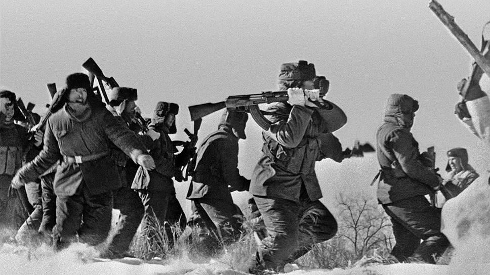 Советско-китайский пограничный конфликт в 1969 году. Отряд китайских солдат пытается ворваться на остров Даманский на территории СССР