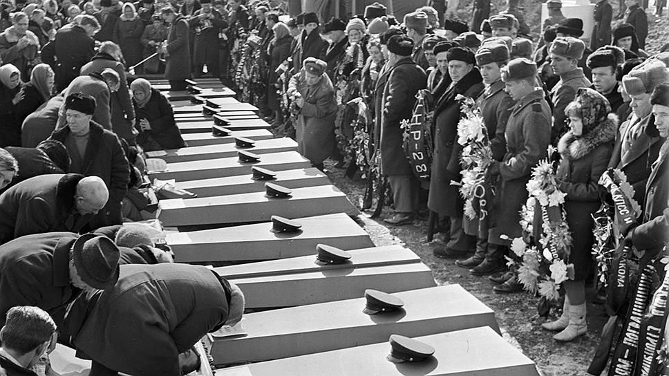 Рядом — похороны пограничников после боя на острове Даманский