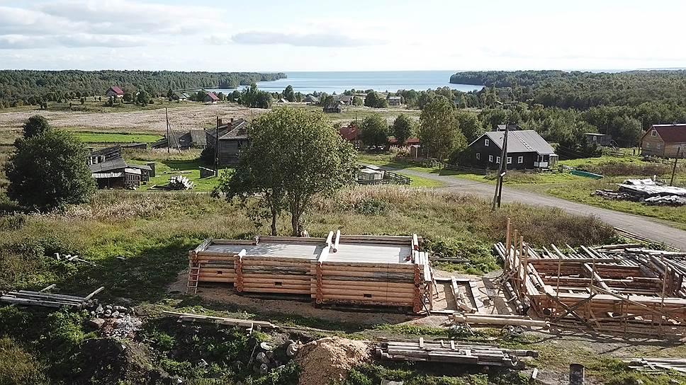 На новом месте, в деревне Типиницы, храм должен был быть воссоздан в 2016 году. Так выглядела стройка минувшей осенью
