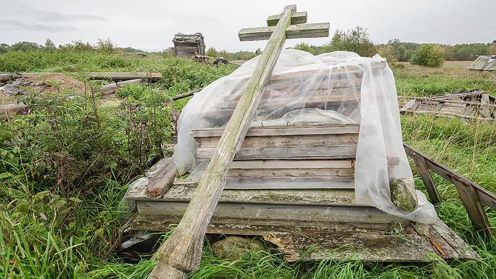 Бревна древней Варваринской церкви (им по три с половиной века) в процессе затянувшейся реставрации находили в Карелии вдоль дорог и по огородам