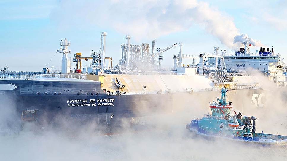 Газовоз принимает груз СПГ в порту Сабетта (полуостров Ямал, Обская губа)