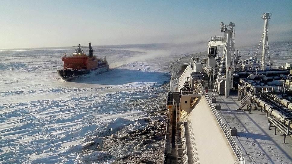 Морской канал в Обской губе. Атомный ледокол «50 лет Победы» рядом с гигантом газовозом выглядит малышом
