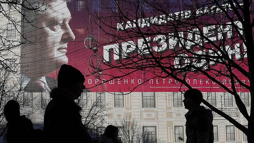 Действующий президент Украины полгода назад в числе фаворитов предвыборной гонки не рассматривался. Сейчас ситуация вроде как изменилась, а вот агитация нет
