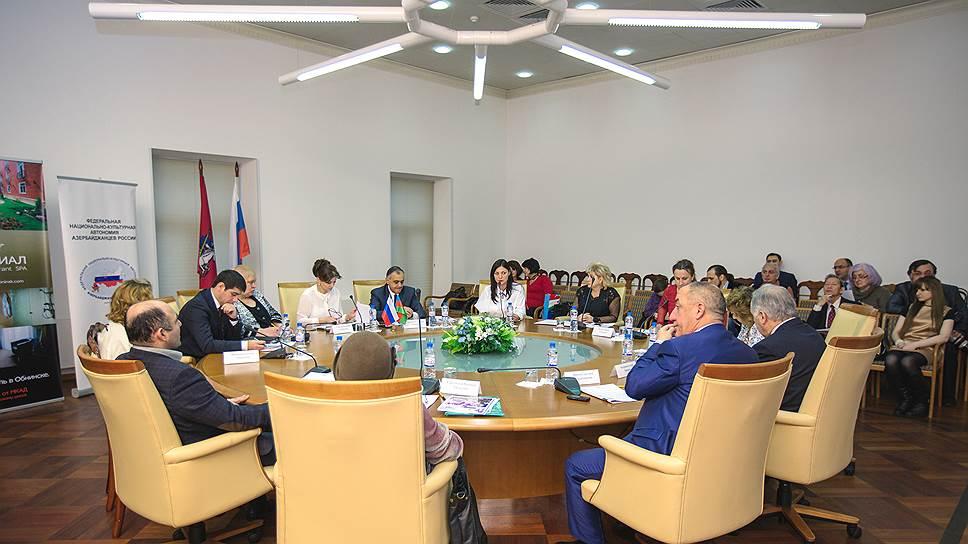 На круглом столе чиновники и общественные деятели обсуждают проблемы инвалидов. Алена представляет свой фонд