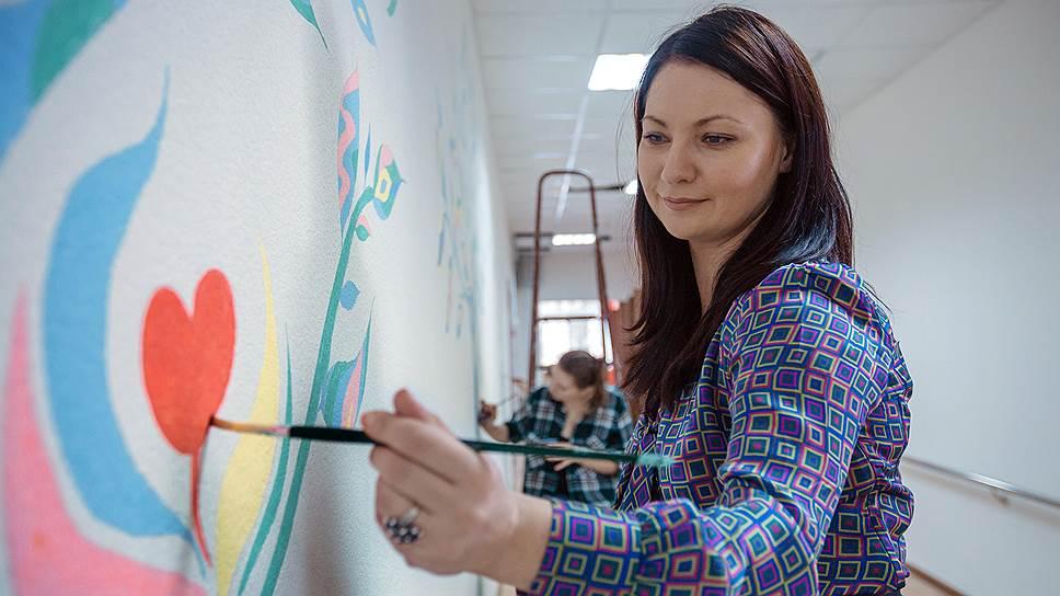 После аварии женщина занялась живописью. На фото: роспись стены в Щелковском реабилитационном центре