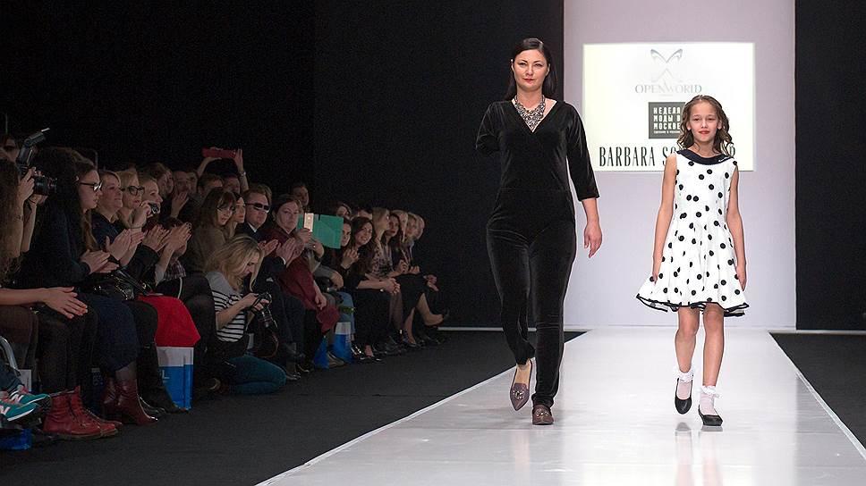 Алена с дочкой Соней во время показа на Неделе моды в Москве в Гостином Дворе. На подиум она впервые вышла через полгода после аварии во время показа одежды для людей с особенностями фигуры
