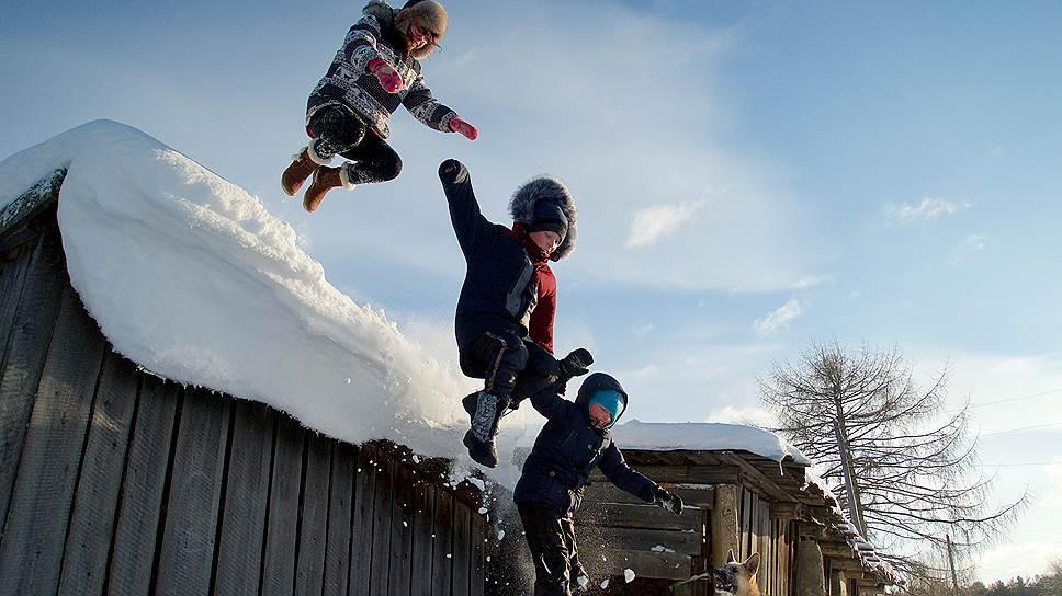 Прыжки с сарая в сугроб — популярное зимнее развлечение после школы
