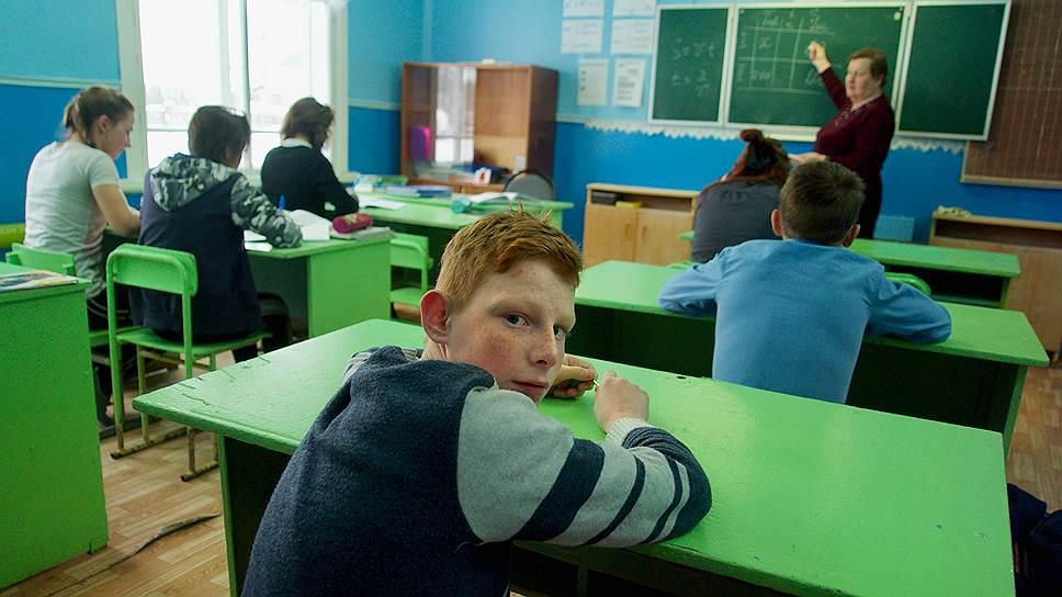 Учитель ведет сразу два урока — алгебру и геометрию для 7-го и 8-го классов: маленькие классы часто объединяют на одном уроке. Порядок такой: одни слушают, другие выполняют задания. Потом наоборот