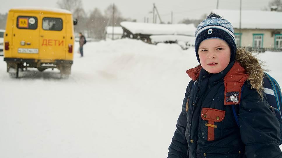 Первоклашка Антон — сын учительницы младших классов. Он проводил на автобус друзей, которые живут в других селах, и идет домой
